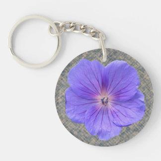 Flor azul brillante botánica del geranio llavero redondo acrílico a doble cara