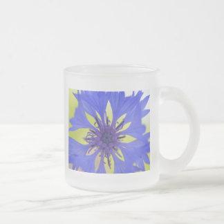 Flor azul de la primavera taza de cristal