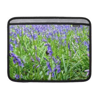 Flor azul púrpura de las campanas fundas MacBook
