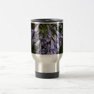 Flor azul púrpura del agapanthus en la floración taza térmica