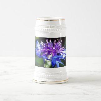 Flor azul y violeta minúsculo jarra de cerveza
