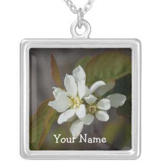 Flor blanca con la hormiga; Personalizable Collar Plateado