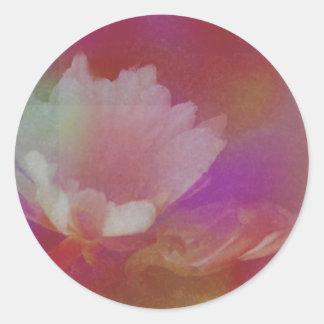 Flor blanca con texturas rosadas pegatina redonda