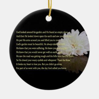 Flor blanca conmemorativa con el ornamento redondo ornamento de reyes magos