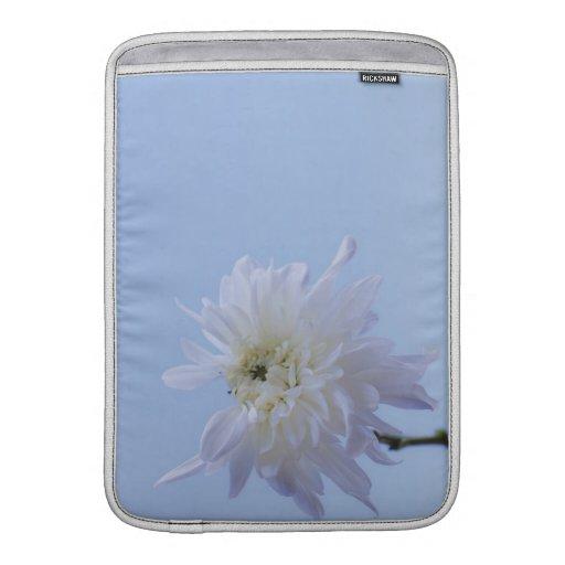 Flor blanca contra el cielo azul funda para macbook air
