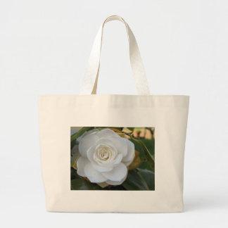 Flor blanca de la camelia en primavera bolsa tela grande