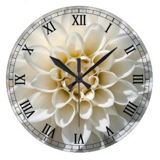 Flor blanca de la dalia reloj redondo grande