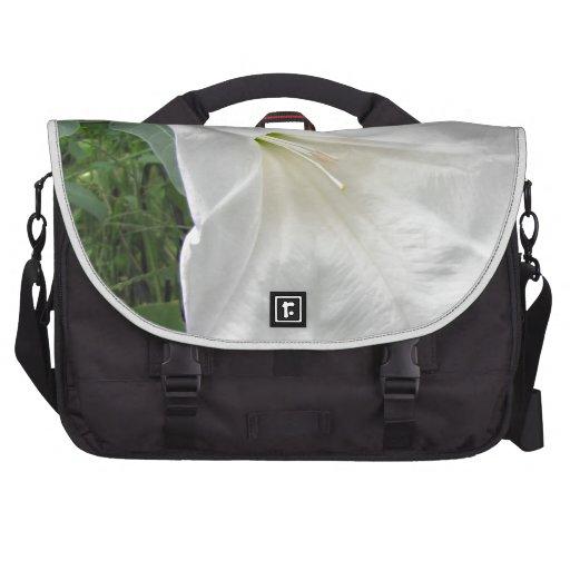 Flor blanca de la luna bolsas para portatil