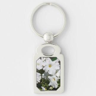 Flor blanca de la petunia llavero plateado rectangular