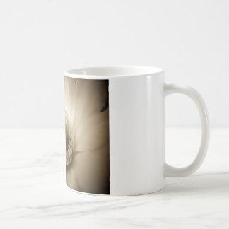 Flor blanca de la sepia taza clásica