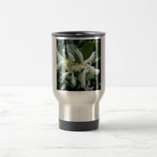 Flor blanca de los tubos del jazmín taza de viaje