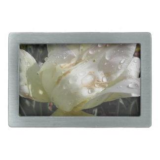 Flor blanca del iris con las gotitas en primavera hebillas cinturón rectangulares