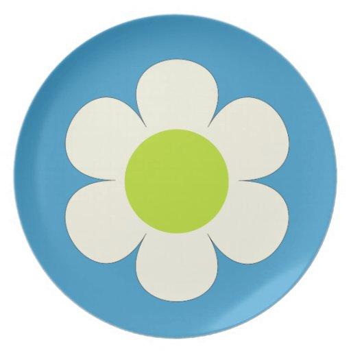 Flor blanca en diseño azul, bonito plato de cena