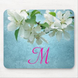 Flor blanca en el cojín de ratón azul de la tapete de raton