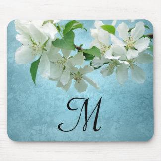 Flor blanca en el cojín de ratón azul de la tapete de ratón
