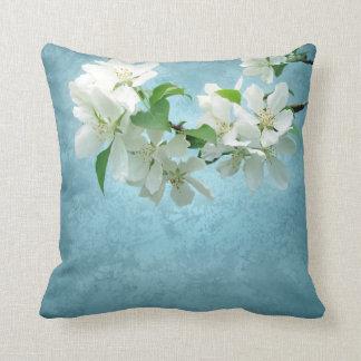 Flor blanca en la almohada del sofá del tiro del