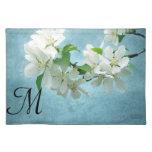 Flor blanca en la estera de lugar azul de la mantel individual