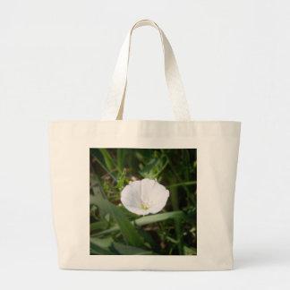 Flor blanca en la hierba bolsa de tela grande