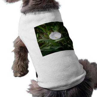Flor blanca en la hierba playera sin mangas para perro