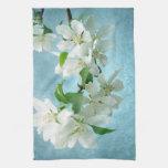 Flor blanca en la toalla de plato de la cocina del