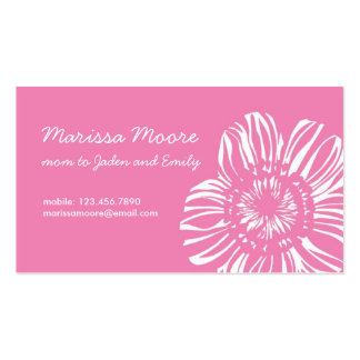 Flor blanca en tarjeta rosada tarjetas de visita