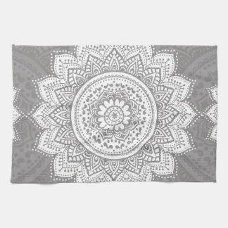 Flor blanca, Mandala, fondo gris Toalla De Cocina