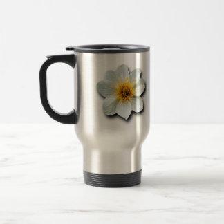 Flor blanca minúscula taza