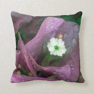 Flor blanca pequeña pillow
