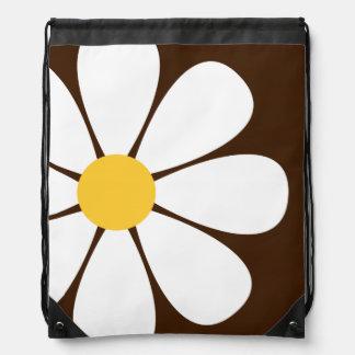 Flor blanca y amarilla de la margarita en Brown Mochila