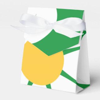 Flor blanca y amarilla de la margarita en el verde caja para regalos