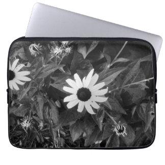 Flor blanco y negro clásica fundas ordendadores