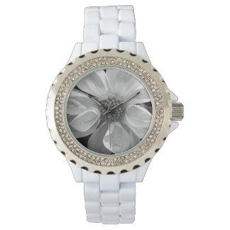 Flor blanco y negro con las gotas de agua relojes de mano
