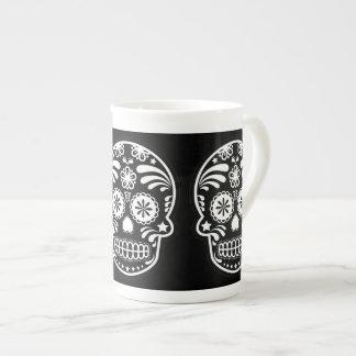 Flor blanco y negro del cráneo del azúcar taza de porcelana