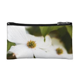 Flor blanco y negro del Dogwood