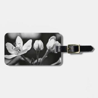 Flor blanco y negro minúscula etiquetas bolsas