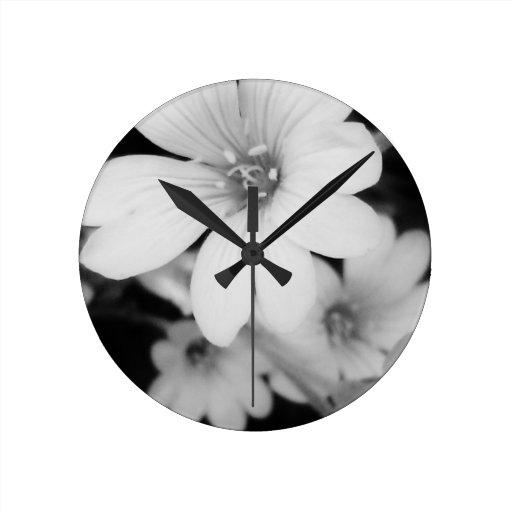 Flor blanco y negro reloj