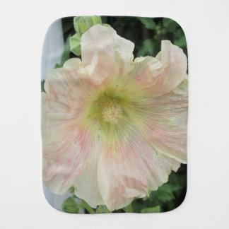 Flor bonita blanca del Hollyhock Paños Para Bebé