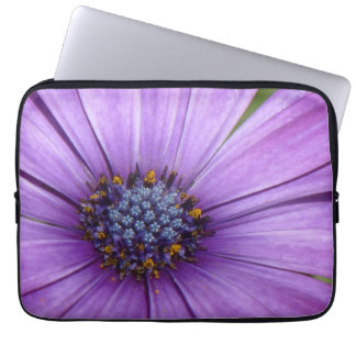 Flor bonita del jardín con los pétalos púrpuras fundas portátiles