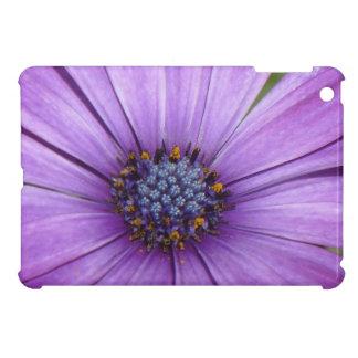 Flor bonita del jardín con los pétalos púrpuras iPad mini coberturas