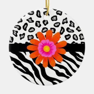 Flor cebra y de la piel y del naranja negros y adorno navideño redondo de cerámica