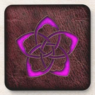 Flor céltica púrpura del resplandor místico en el  posavasos de bebidas