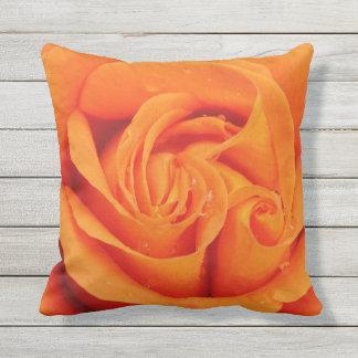 Flor color de rosa anaranjada al aire libre o cojín decorativo