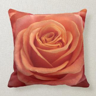 Flor color de rosa anaranjado cojín decorativo