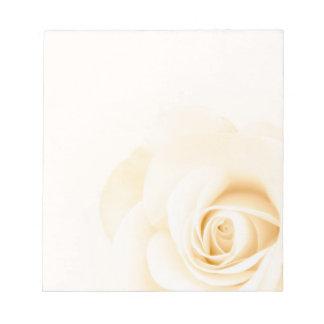 Flor color de rosa color nata suave hermosa floral bloc de notas