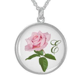 Flor color de rosa rosada con los descensos de roc collar de plata de ley