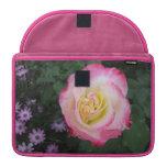 Flor color de rosa rosada funda para macbook pro