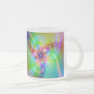 Flor colorida con las cintas taza de cristal