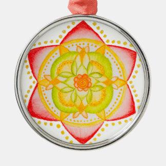 Flor colorida de la mandala pintada a mano adorno redondo plateado