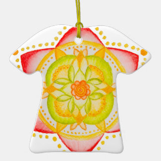 Flor colorida de la mandala pintada a mano adorno de cerámica en forma de camiseta