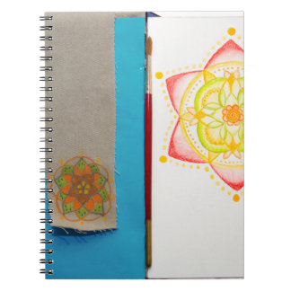 Flor colorida de la mandala pintada a mano libro de apuntes con espiral